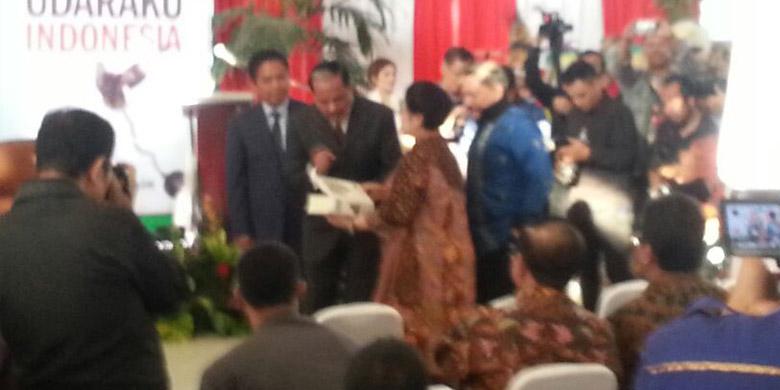 Photo of Megawati, Ketua MPR dan DPR Hadiri Peluncuran Buku Chappy Hakim