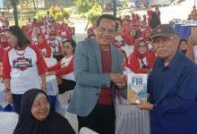 Photo of Marsekal TNI Purn Chappy Hakim Bagi Buku ke Keluarga Helikopter TNI AU